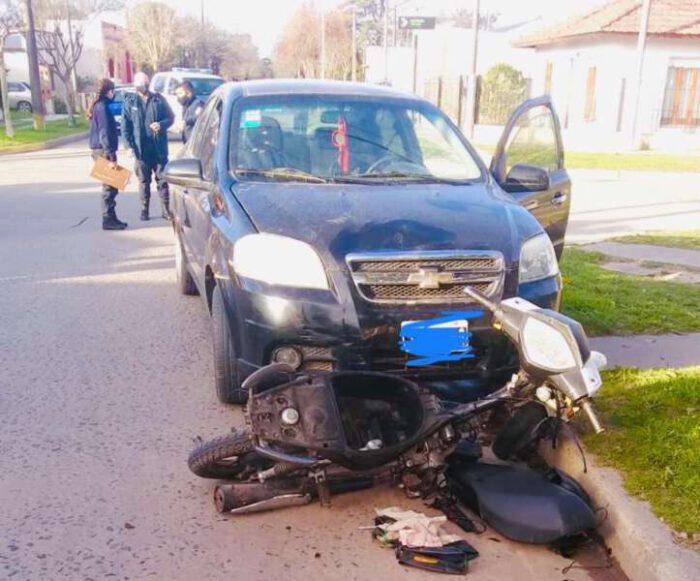 Choque entre moto y auto dejó un herido